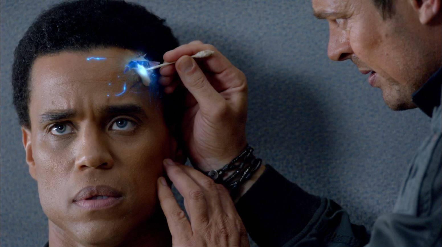 Almost-Human-John-Kennex-to-repair-Dorian[1]