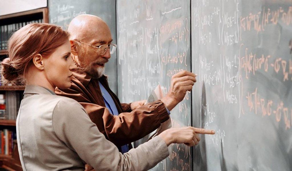 На съёмочной площадке Кип Торн сам писал на доске, принадлежащей героям, чтобы надписи были осмысленными