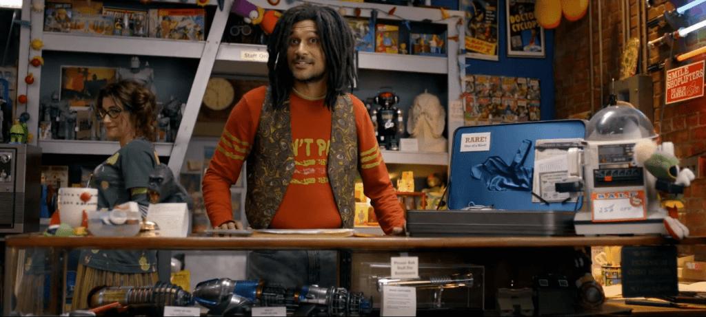 Один из самых запоминающихся эпизодов — поход Кейси в магазин сувениров для гиков. К сожалению, он же один из самых нелогичных