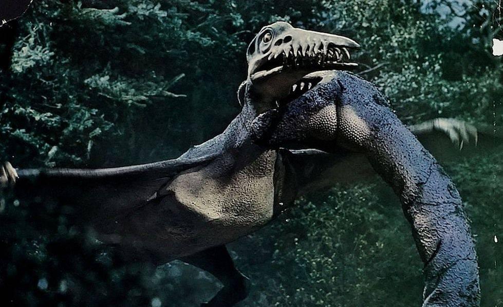 Существа из «Легенды о динозавре» в строгом смысле слова динозаврами не считаются. Плезиозавр — морская рептилия, а крылатый рамфоринх — член отряда птеродактилей