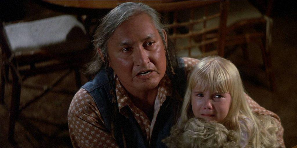 Герои подозревают, что индеец Тейлор сбежал из дурдома. Это отсылка к другой роли Уилла Сэмпсона — вождь Бромден в «Полёте над гнездом кукушки», который именно оттуда и сбежал