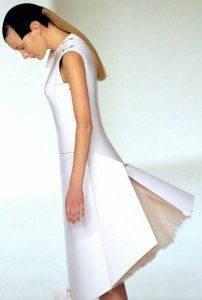 Платье из стекловолокна, двигающее панелями по команде с пульта. Пример «моды будущего» без будущего.