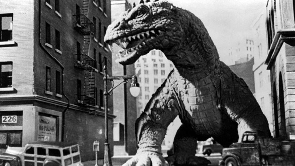 «Чудовище с глубины в 20 000 саженей» было не только «предком» Годзиллы, но и первым фильмом, в котором монстр появился благодаря атомной бомбе. В основе картины лежал рассказ Рэя Брэдбери «Ревун»