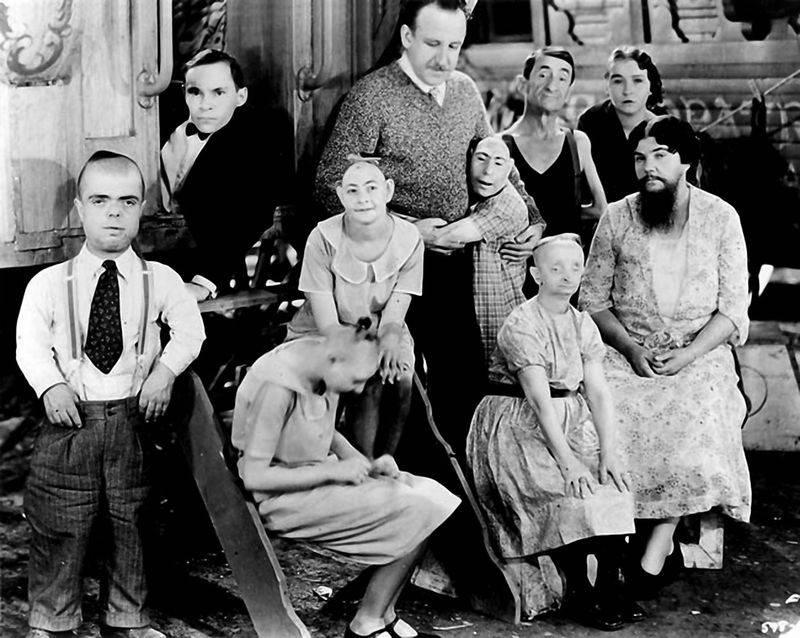 Тодд Браунинг в окружении части своей труппы. Из девяти фриков на снимке лишь пятеро понимали, что они играют в фильме.
