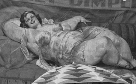 20-е годы: плакаты, рекламирующие фрикшоу с участием Долли Димплс (1901-1950), знаменитейшей толстухи в истории фрикшоу.