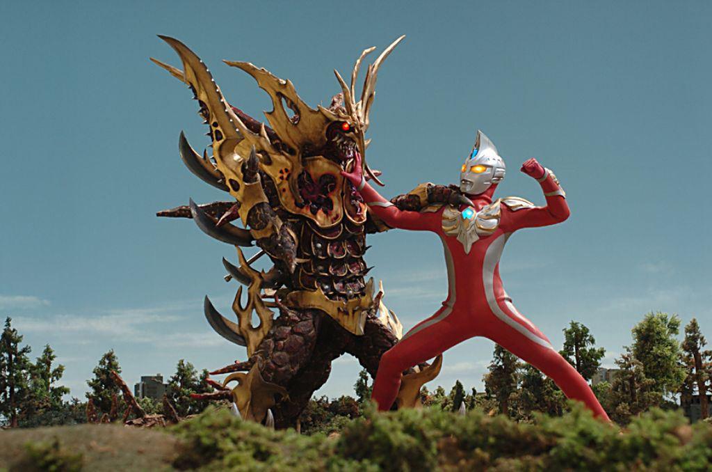 Ультрамен — человек в инопланетных доспехах, победивший множество гигантских монстров. Явный предтеча «Егерей» из «Тихоокеанского рубежа»