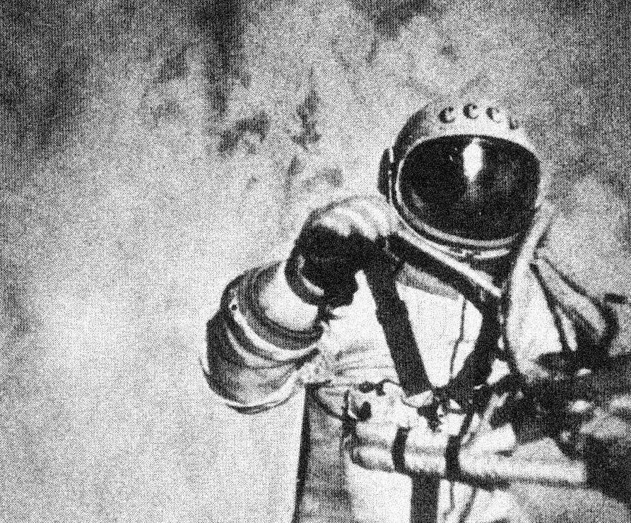 Космонавт Алексей Леонов первым в мире вышел в открытый космос.