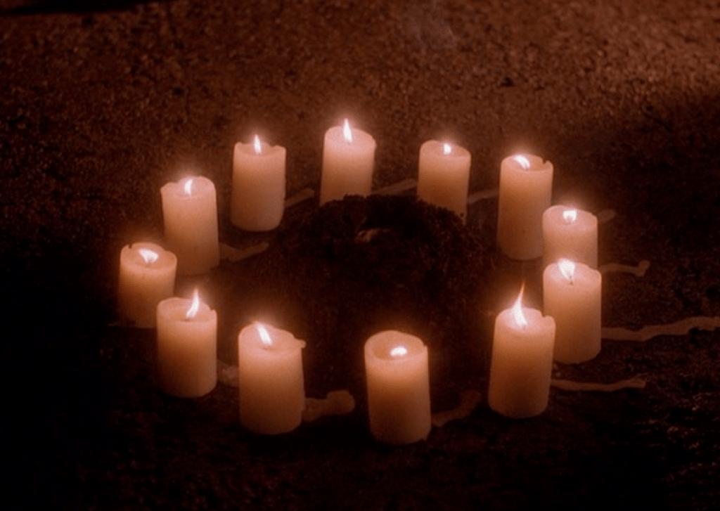 В снах агента Купера появляется магический круг из 13 свечей вокруг горки земли, на которой что-то лежит. Это «что-то» — бутафорское отрезанное ухо, которое находит другой герой Маклахлана, детектив Бомон, в фильме «Синий бархат».