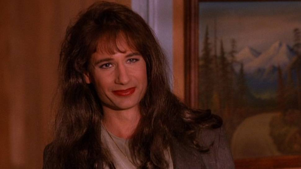 Дэвид Духовны получил роль агента Малдера во многом благодаря «Твин Пиксу», где блестяще сыграл агента отдела по борьбе с наркотиками, трансвестита Денниса/Денизу Брайсона.
