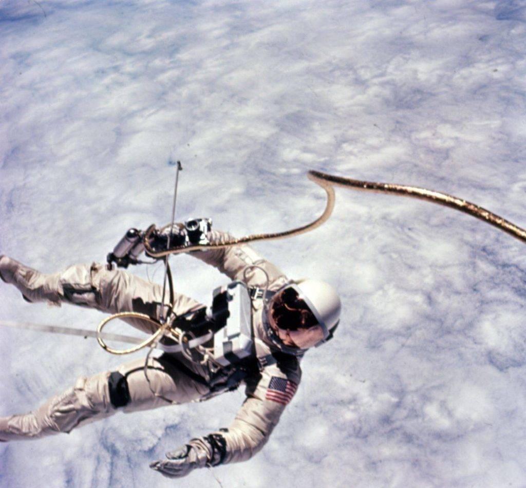 Астронавт Эдвард Уайт за пределами корабля.