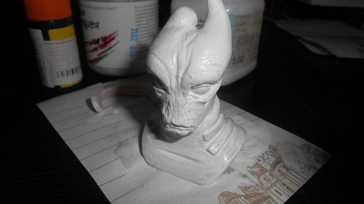 А это хобби для уставших от рисования рук— лепка всяческих забавных скульптур из полимерной глины. Бюст Мордина Солуса из игры Mass Effect я с огромными перерывами делаю примерно год, и вот только недавно дошло до грунтовки.
