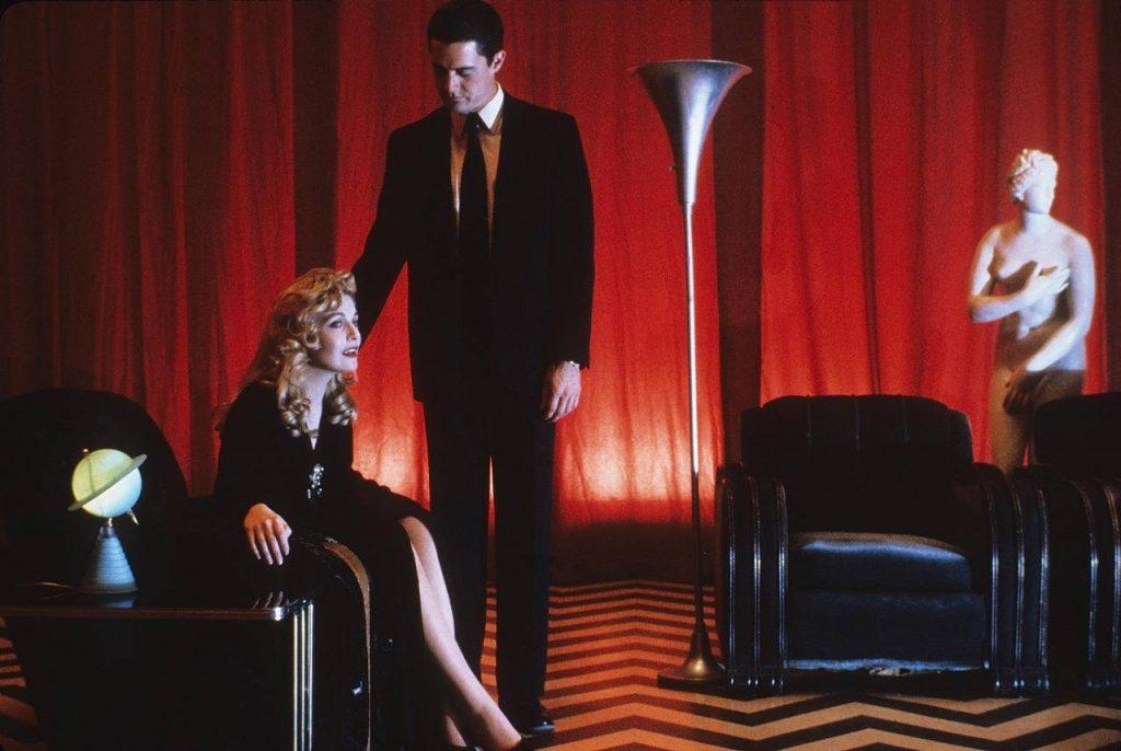 Красные занавески появляются почти в каждом фильме Линча. В «Малхолланд Драйв» красным бархатом оформлен мистический клуб «Силенцио». В «Синем бархате» на фоне таких штор поёт главная героиня. Ещё их можно увидеть в «Шоссе в никуда».