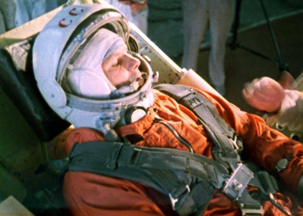 Первый космонавт в первом скафандре: Юрий Гагарин в СК-1.