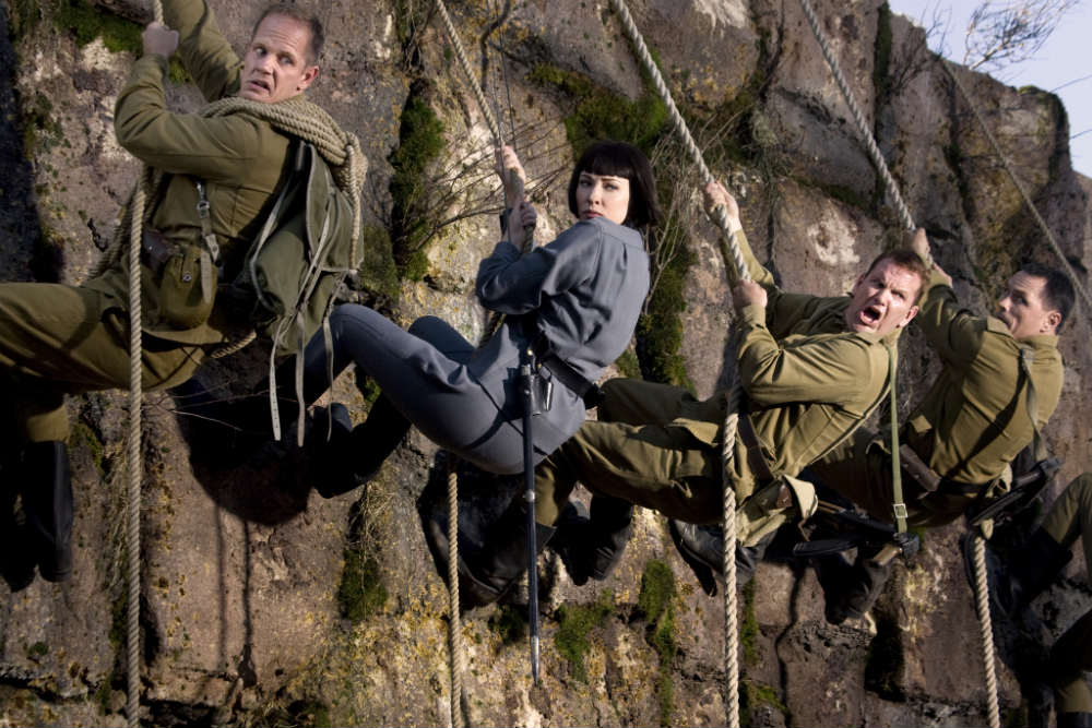 Во имя аутентичности красноармейцев, сопровождающих Ирину Спалько, играли славянские актёры.
