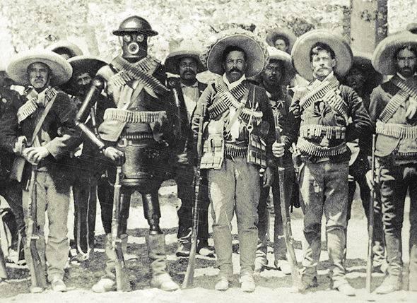Слева от робота — мексиканский революционер Панчо Вилья (фото 1916 года)