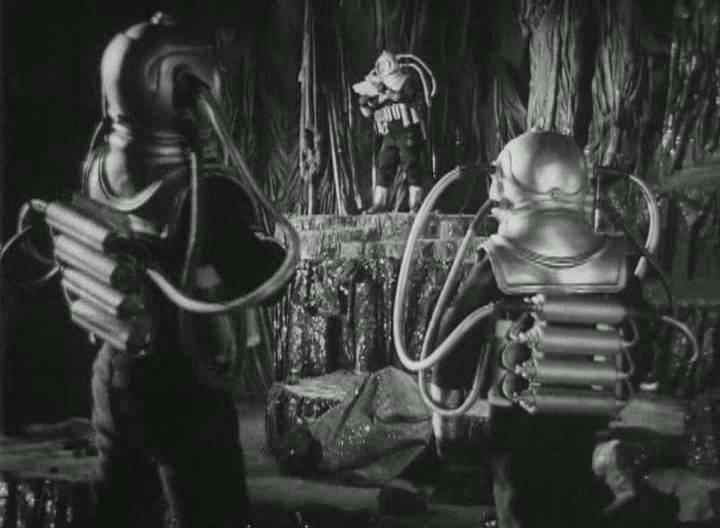 Космонавты на Луне в фильме «Космический рейс». Скафандры бутафорские, но довольно похожи на настоящие.