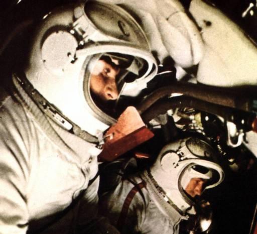 Экипаж «Восхода-2» , Павел Беляев и Алексей Леонов, в скафандрах «Беркут» занял свои места в кабине корабля.