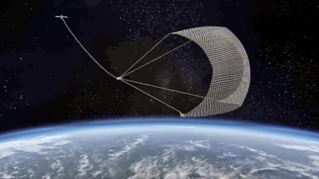 Сеть для сбора космолома. Кадр из документального фильма «Космический мусор» (2012).