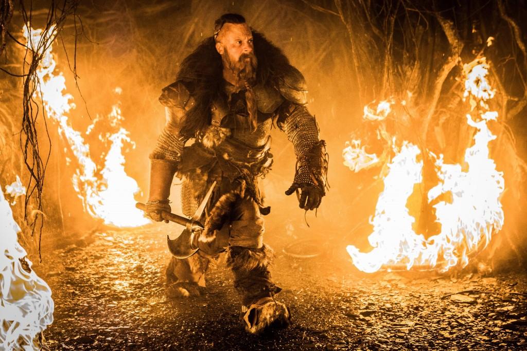 Таким крутым викингом Дизель будет только во вступлении. Потом он начнёт выглядеть так, будто даже не переоделся со съёмок «Форсажа».