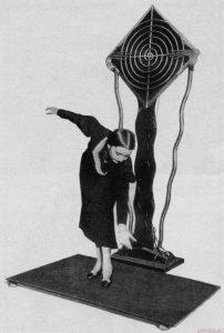 Терпситон - ещё одно изобретение Термена. На нём играют не руками, а всем телом, танцуя перед антенной.