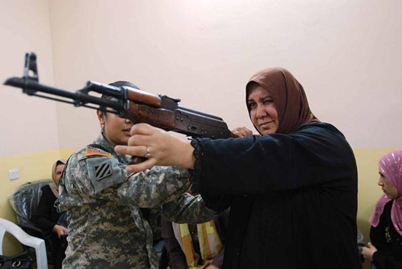 Роковая женщина — это женщина с оружием.