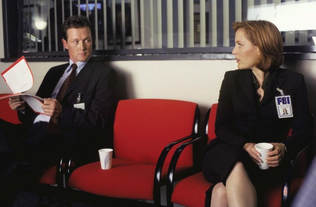 Расследование в серии «Убийство» ведут Скалли и агент Джон Доггет (Роберт Патрик), которому так и не удалось заменить в сердцах зрителей Дэвида Духовны.