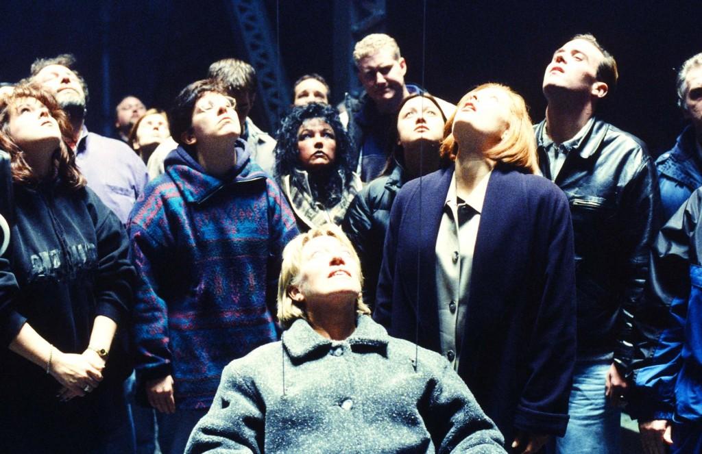 «Близкие контакты третьей степени», ставшие образцом для «серий с похищениями», снимались по воспоминаниям людей, которых якобы похищали пришельцы (эпизод «Красное и чёрное»)