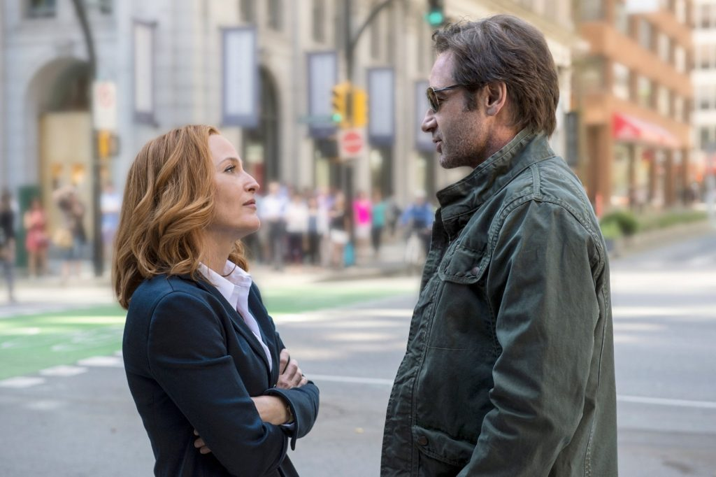 Начинается сериал с того, что Скалли встречается с заросшим безработным Малдером. Но уже в следующей серии парочка снова работает в ФБР.