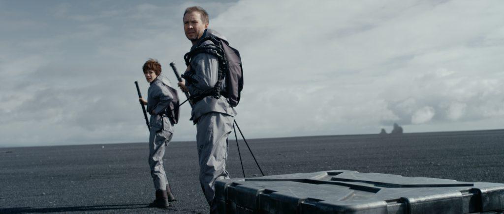 Три четверти фильма нам показывают этих двоих на этом фоне.