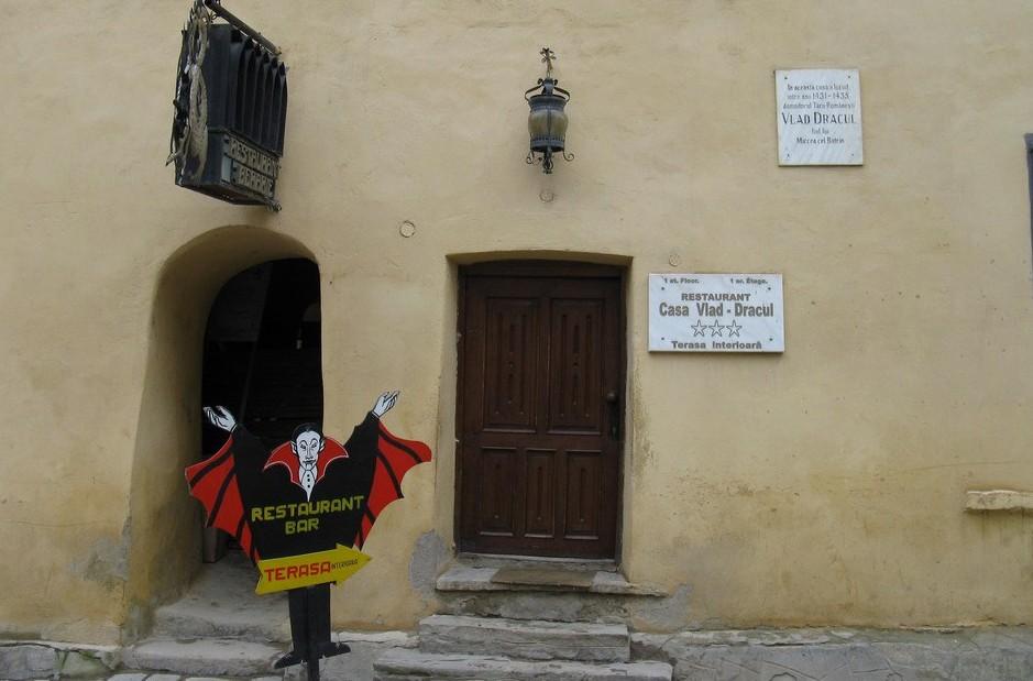 Дом, где родился Дракула: ресторан и мемориальная доска.