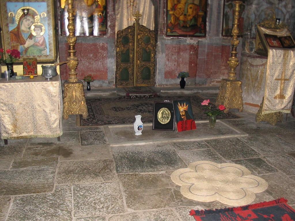 Символическое надгробие Дракулы. По всему видно, что у князя до сих пор немало поклонников.