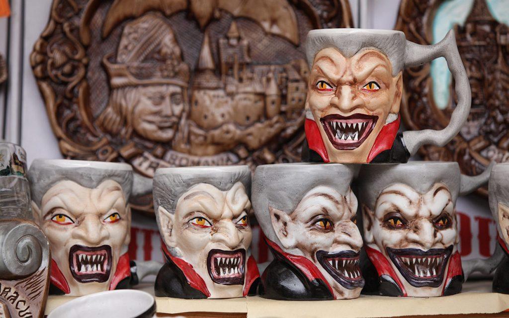 Сувениры в Бране продаются ну очень вампирские.