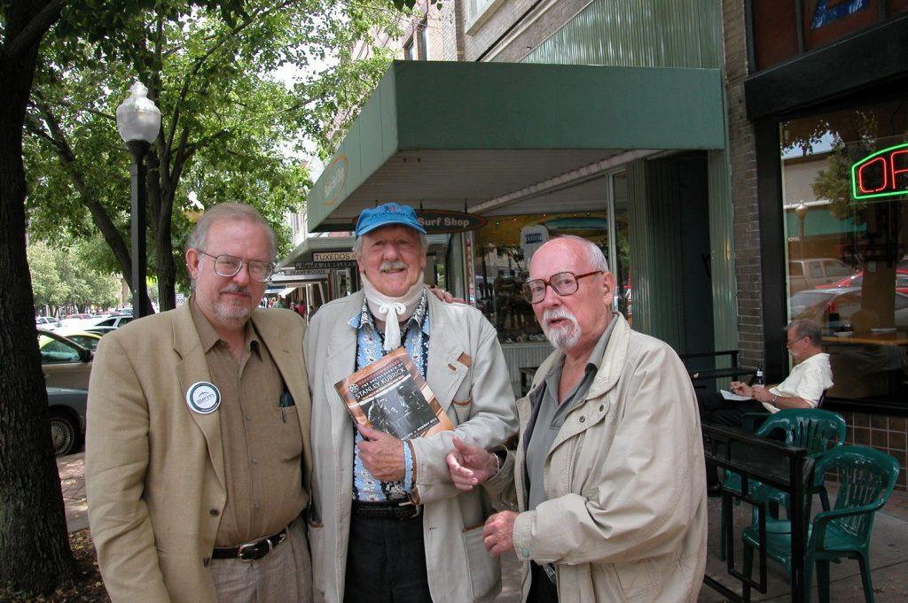 Гарри Гаррисон (справа) вместе со старым другом Брайаном Олдиссом (в центре) и фантастом Грегом Биром.