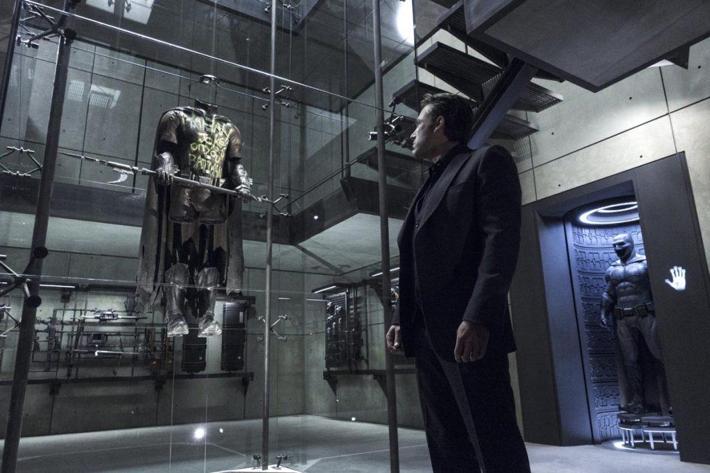 На начало фильма супергеройская карьера Бэтмена насчитывает порядка 20 лет, и он уже потерял Робина