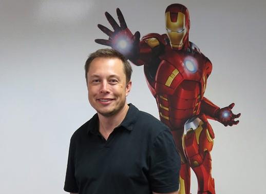 Самому Маску сравнение с Железным человеком очень нравится — он установил большой портрет героя в холле своего офиса