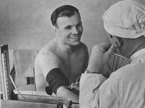Юрий Гагарин проходит медицинский осмотр
