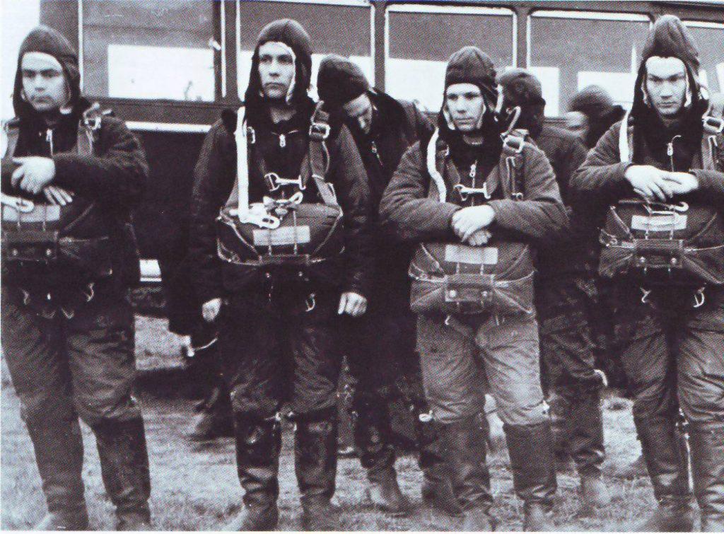 Отряд слушателей-космонавтов на парашютной подготовке в Энгельсе (апрель 1960 года)