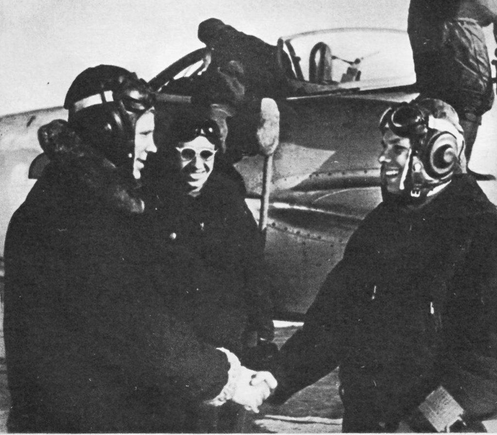 Командир эскадрильи поздравляет Юрия Гагарина с первым самостоятельным полётом (6 апреля 1958 года)