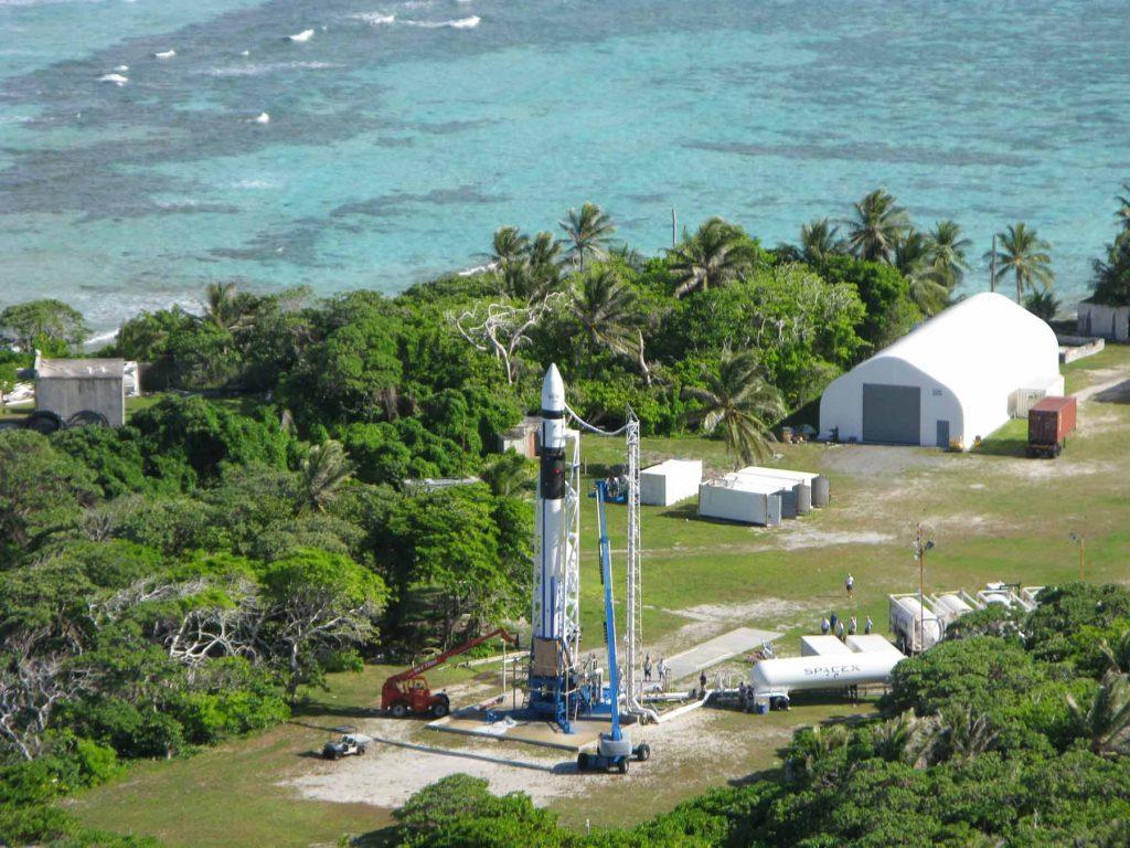 Первые запуски Falcon 1 осуществлялись со стартовой площадки на атолле Кваджалейн на Маршалловых островах. Инженеры SpaceX провели в тропиках несколько лет, устраняя все неполадки и недочёты
