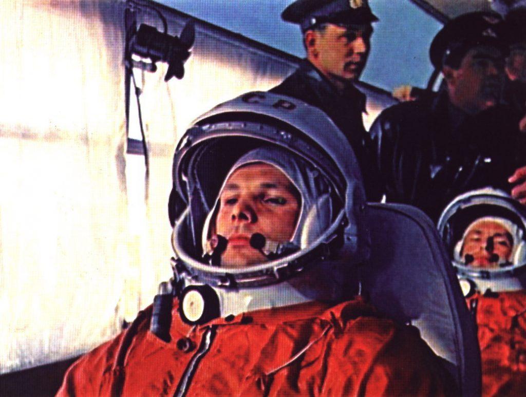 Первый космонавт и его дублёр по дороге на стартовый комплекс