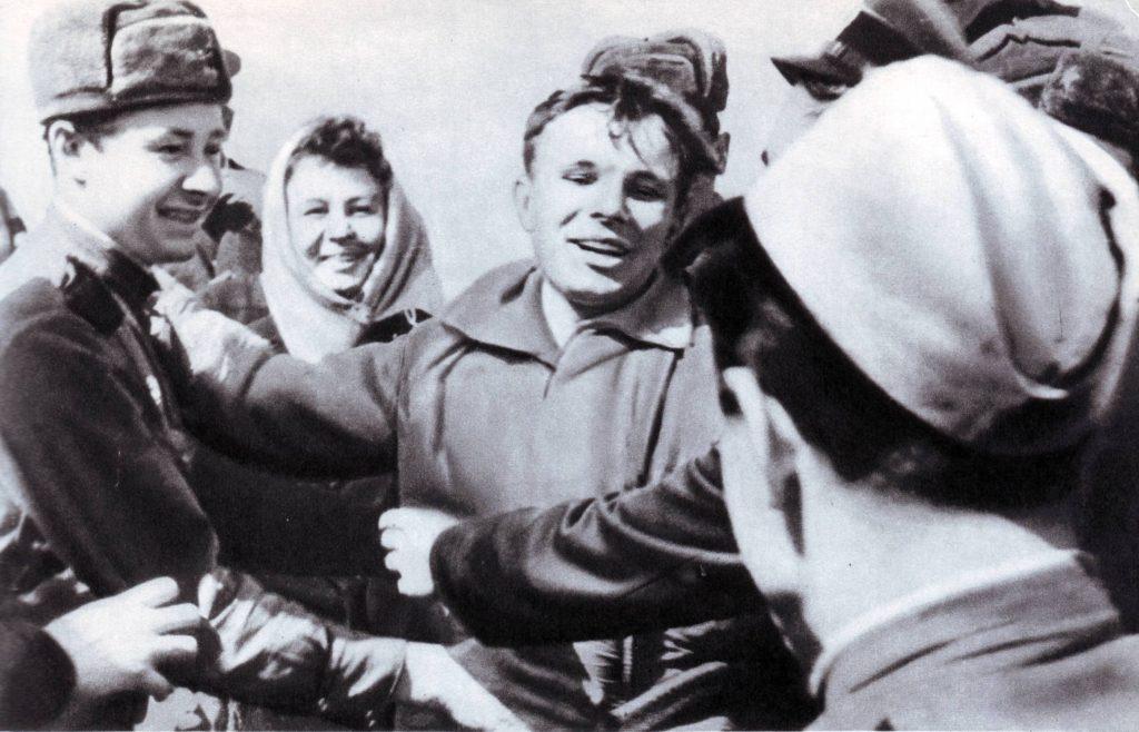 Юрий Гагарин после приземления среди военнослужащих ракетного дивизиона