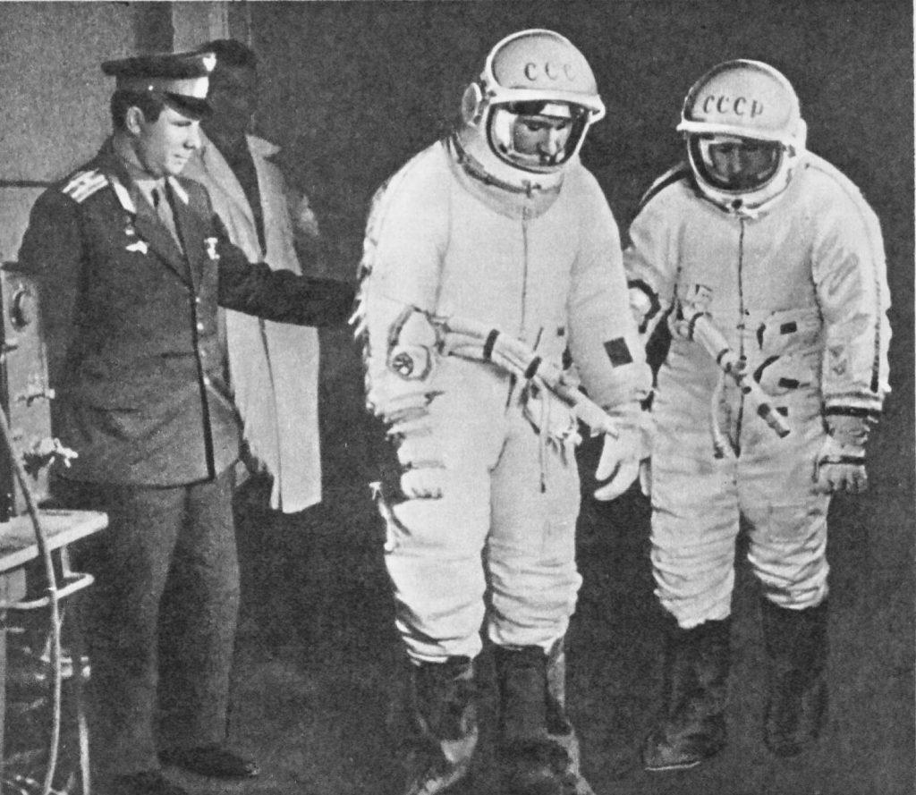 Юрий Гагарин провожает в полёт экипаж «Восхода-2»