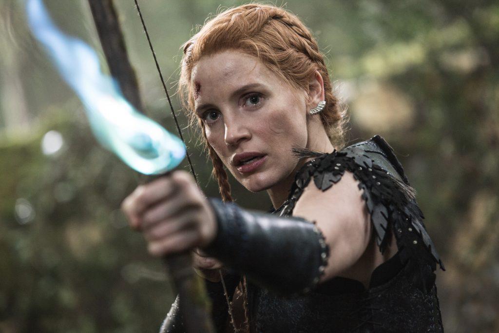 Одна из самых глупых сцен фильма: героиня Честейн сперва сама взрывает возлюбленного зажжённой стрелой, а потом полминуты убивается по нему