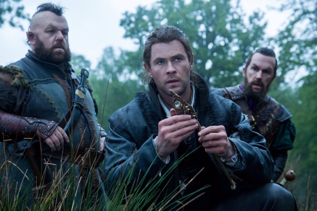 Охотник таскает с собой двух бесполезных гномов, чтобы было, кому шутить. Потом их станет ещё больше