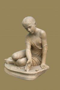 Древнегреческая скульптура девочки, играющей вбабки