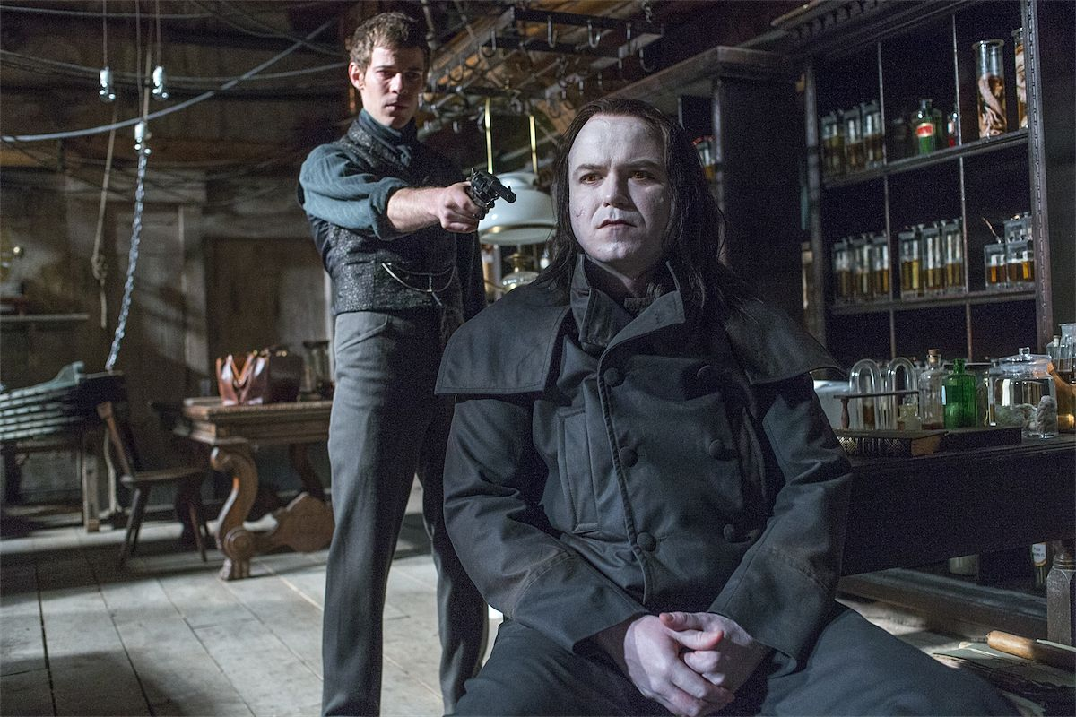 Монстр Франкенштейна в сериале выглядит не таким уж страшным, но отличается вредным и мстительным характером