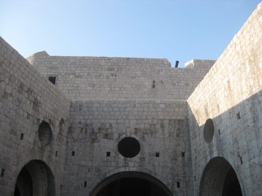 На крыше крепости Ловреньяк. К празднованию именин Джоффри ещё ничего не готово
