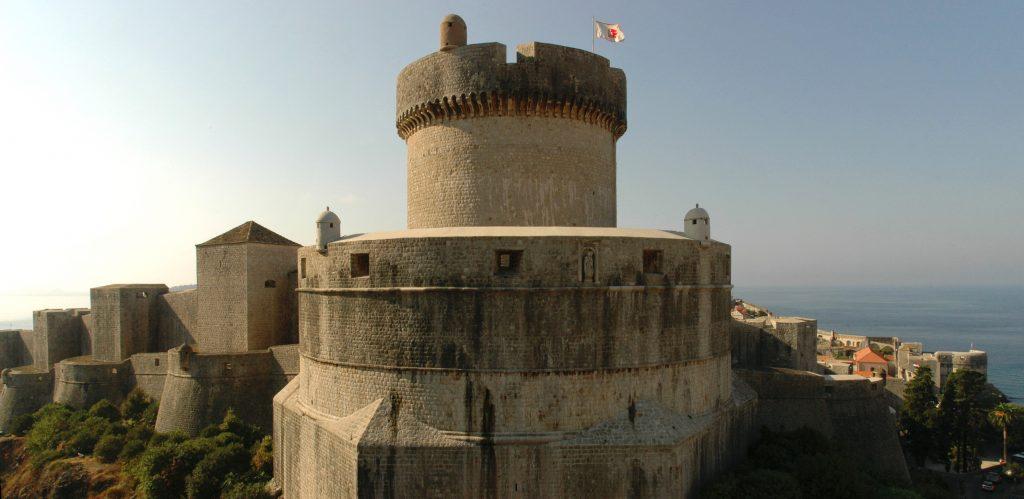 Дом Бессмертных Кварта — прямо на углу городских стен Королевской Гавани (башня Минчета в Старом Дубровнике)