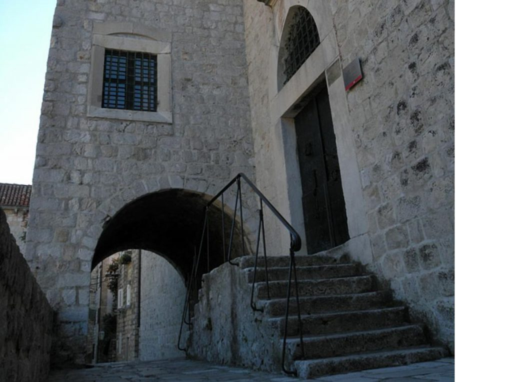 В борделе, где зажигали принц Оберин и верховный септон, в реальности находится этнографический музей Дубровника (адрес: od Rupa 3)