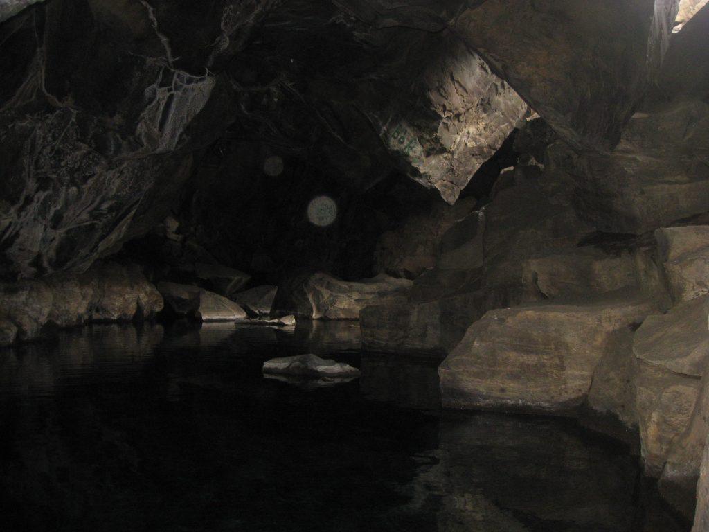 В жизни пещера очень тесная: даже двум туристам не разойтись, не то что съемочной группе с камерами